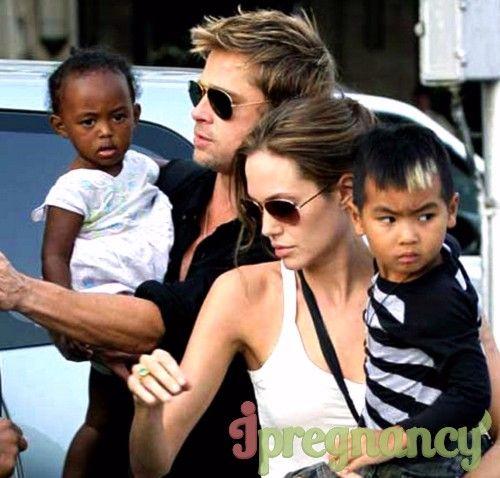 Angelina si Brad, cu primul lor copii adoptivi: Maddox, fiul Shivani și fiica ei Zahara Marley