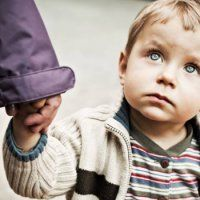 Что делать, если ребенок боится чужих людей?