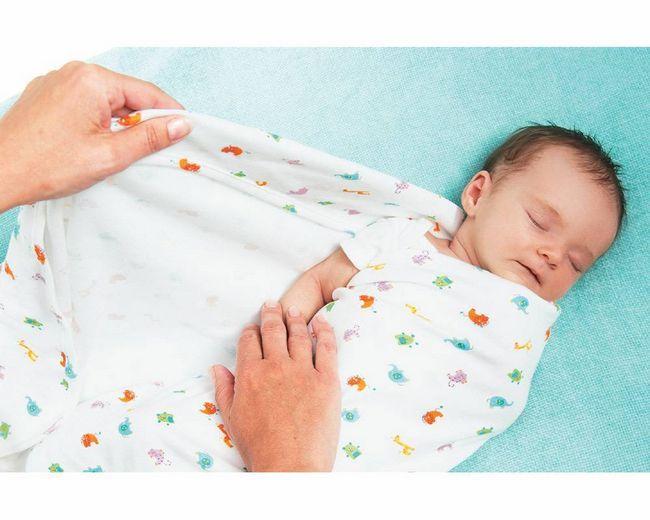 завернутый в пеленку малыш