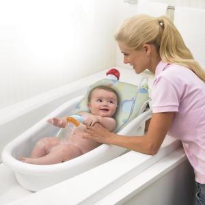 Мама бебе къпане