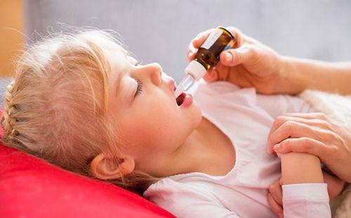 Fata bolnavă ia medicamentul în pat