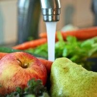 Apple, pere și salata verde sub jet de apa