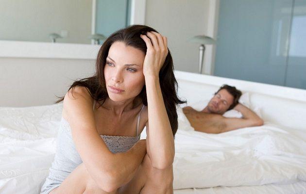 Човек лежи в леглото, жена седеше до него и си мисли,