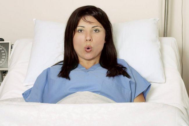 девушка дышит во время родов