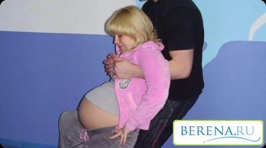 Для ускорения родового периода стоит выбирать любые вертикальные положения