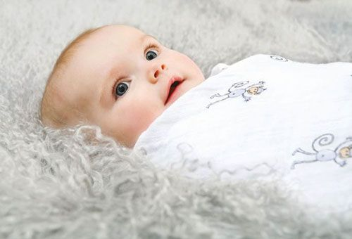 Классический способ пеленания младенца
