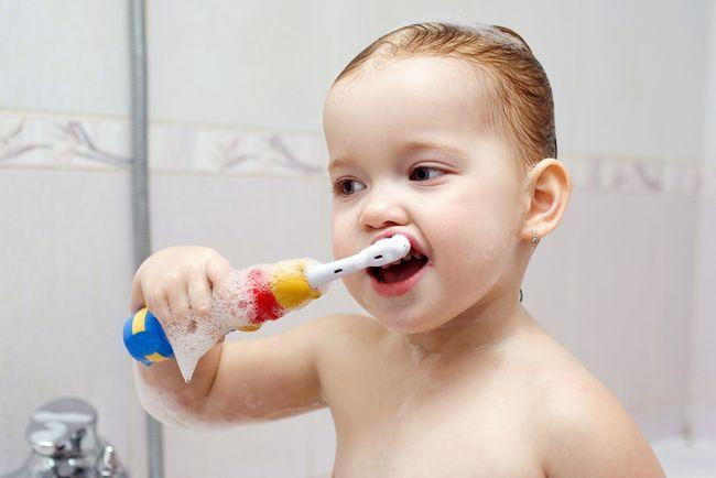 малыш с зубной счеткой