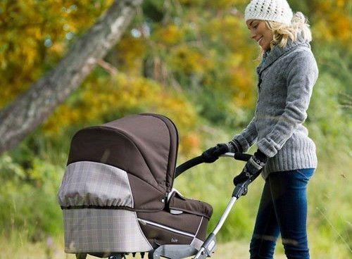 Мама разходки с детето в количката