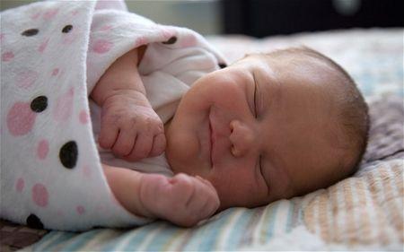 Нужно ли пеленать новорожденного