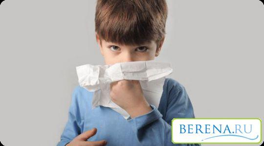 Начиная с рождения, каждый ребенок начинает чихать и сопливить, микробы атакуют его слизистую носа повсюду, текут сопли, раздражается нежная кожа вокруг носика, нервничает малыш и мама.
