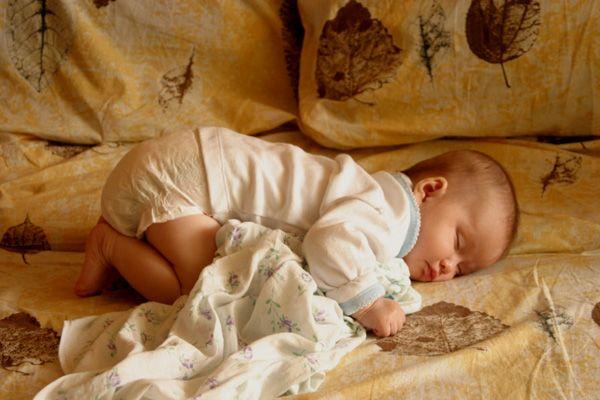 Спящата новородено бебе