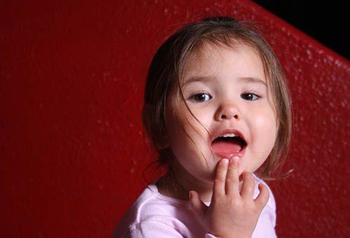 Момичето е изригвал зъби