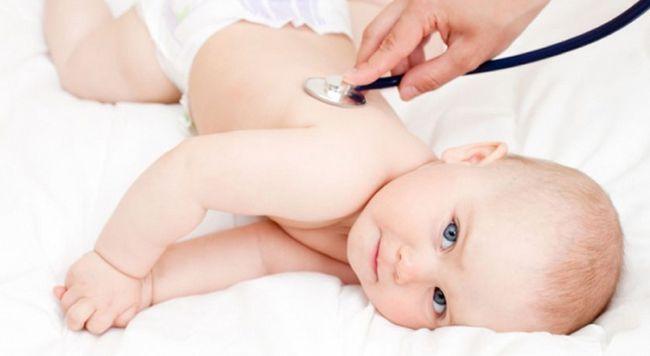 врач прослушивает ребенка