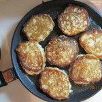 Pe o tigaie gata de prăjire fierbinte răspândirea aluat lingura, astfel încât să nu aibă mai mult de jumătate Cheesecakes centimetri grosime