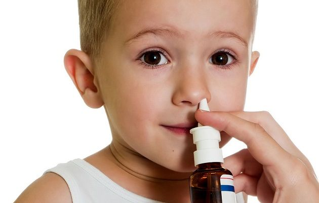 Малышу брызгают лекарство в нос