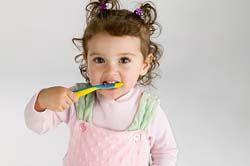 зубная щетка и зубная паста для детей